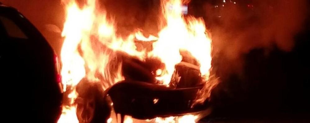 Como, botto a Camerlata  Paura per un'auto in fiamme