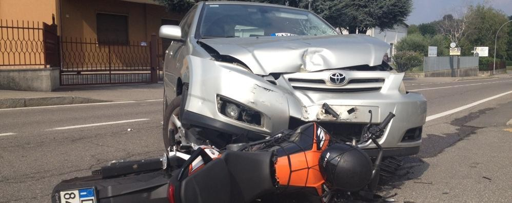 Incidente in via per Alzate Cantù, motociclista ferito