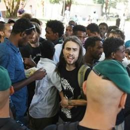 """Migranti, tensione alla stazione tra """"no borders"""" e finanza (video)"""