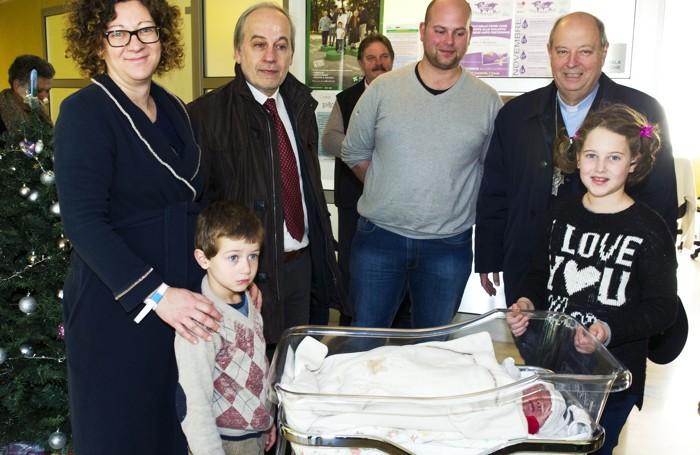 Como ospedale Valduce - L'ultima nata del 2016, Alessia, con i genitori, i fratellini, l'assessore Magatti e il vescovo