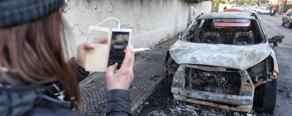 Como, auto bruciata nella notte in via Petrarca