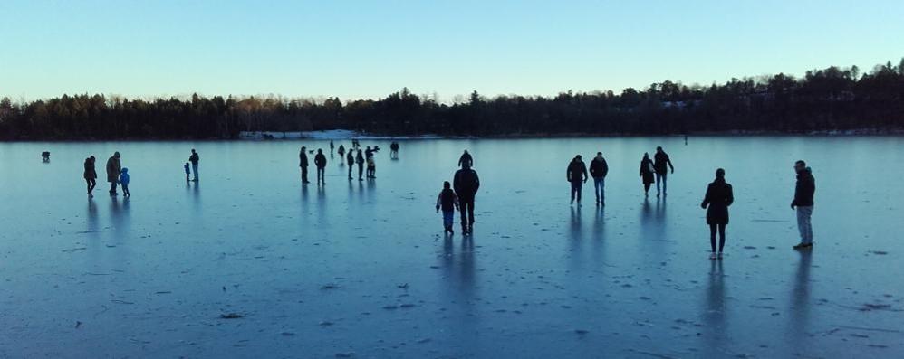 Si passeggia sul lago ghiacciato  Montorfano prepara il divieto