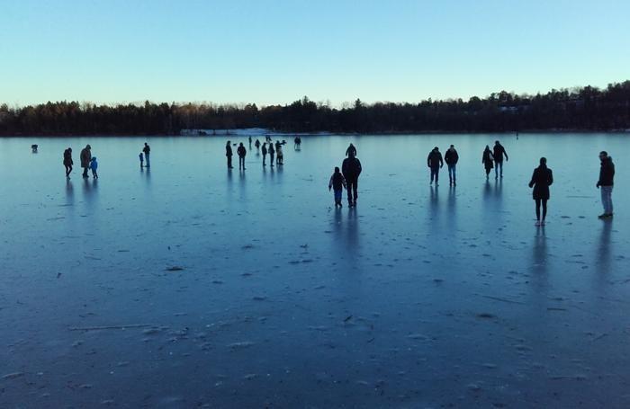 Famiglie a passeggio domenica scorsa sul lago ghiacciato