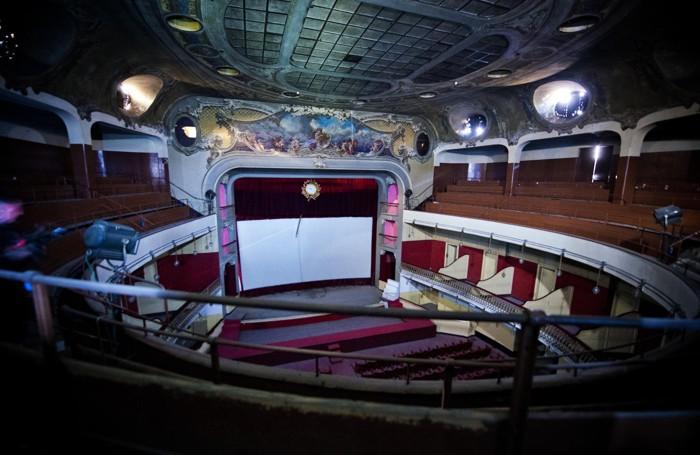 Un'immagine ripresa all'interno del vecchio teatro comasco