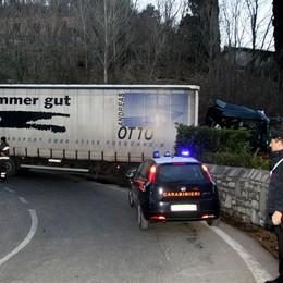 Camion senza freni  va fuori strada a Menaggio