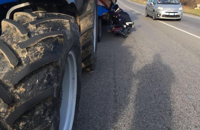 Gli agenti della Polstrada di Lecco verificano le misure del carro di Arcellasco lungo la Como-Bergamo a Perego