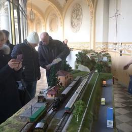 Trenini, auto e carri armati  In tremila a Canzo per i modellini