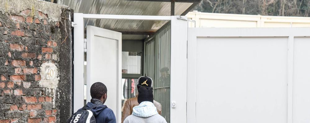 Como: migranti al confine  con documenti falsi
