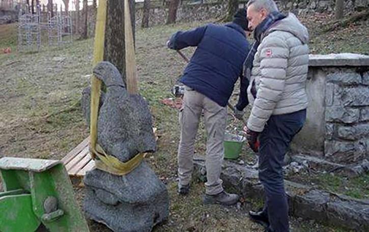 Castelmarte,  l'aquila è volata via  Paese diviso sul suo simbolo