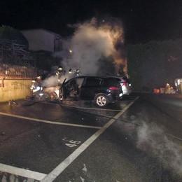 Alzate, fiamme nel parcheggio  Danneggiate due automobili