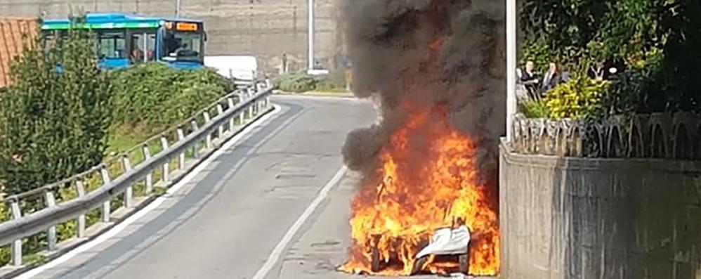 Ponte Lambro, la minicar in fiamme  Momenti di paura per mamma e figlia