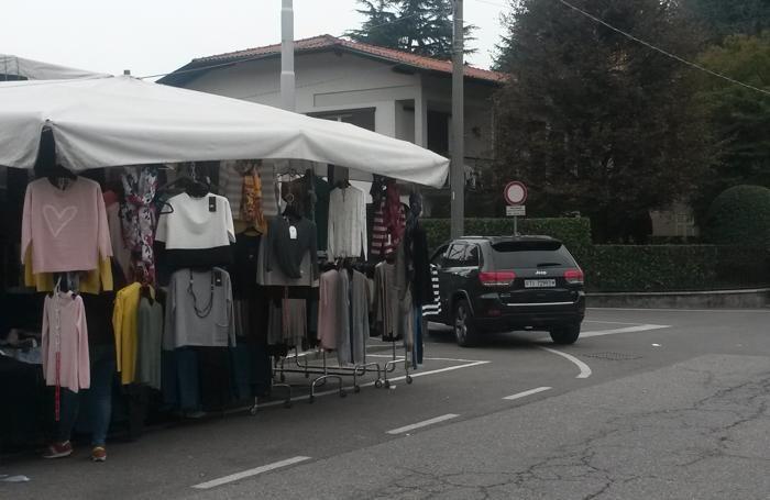 olgiate comasco, auto con targa svizzera in divieto di sosta in via milano