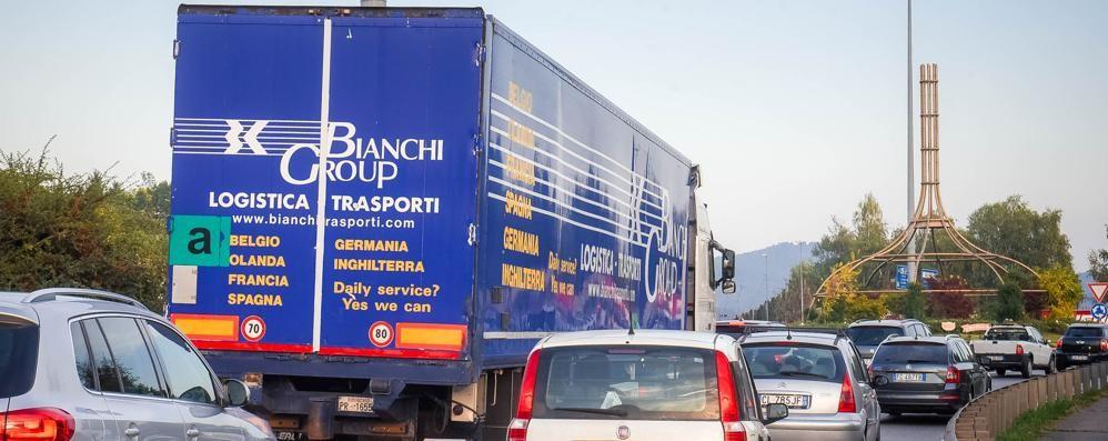 Lazzago, autotrasportatori furiosi  «Va riaperto il passaggio a livello»