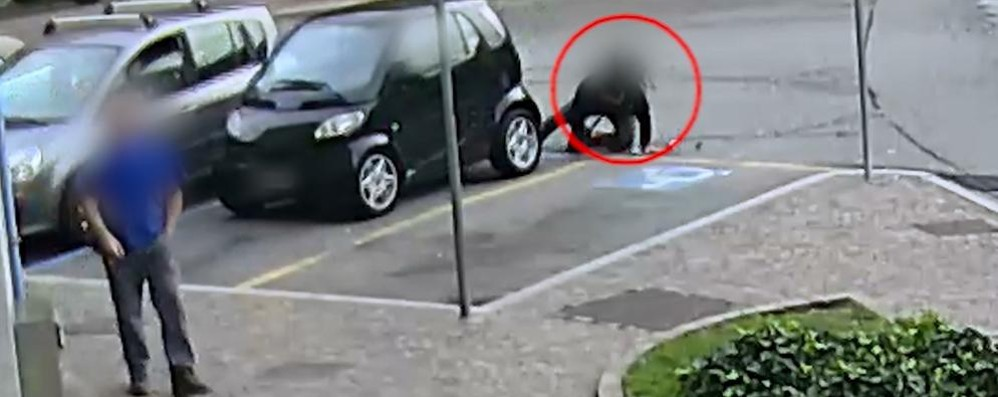 Si butta sotto l'auto, smascherato dalla tv