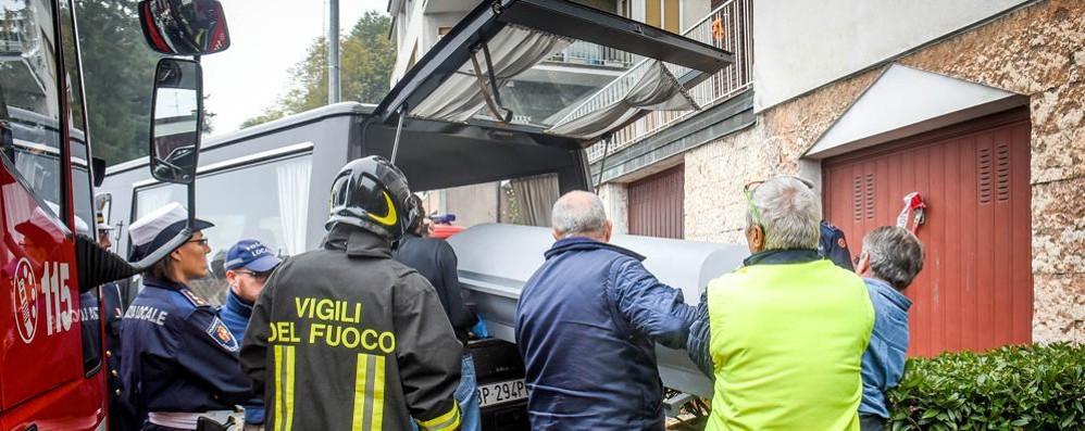 TEMEVA DI PERDERE I FIGLI   SI UCCIDE CON I 4 BAMBINI  Dà fuoco alla casa: tutti morti La madre era in ospedale