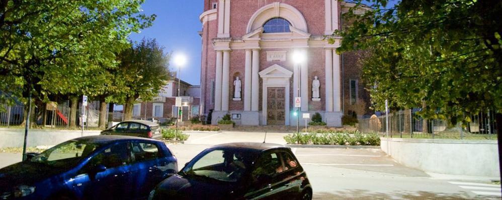 Misterioso raid nella notte a Caslino  Bucate le gomme delle auto in sosta
