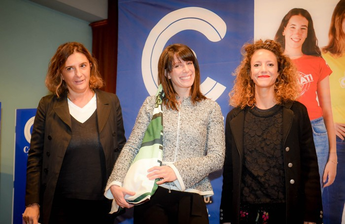 Como istituto Casnati presentazione del nuovo numero della rivista Tess, Viola Rigamonti premiata da Lisa Uliassi e Amelia Cairoli