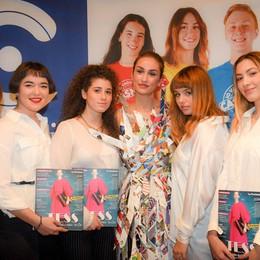 Como istituto Casnati presentazione del nuovo numero della rivista Tess, studenti con il vestito realizzato con le pagine dei vecchi Tess