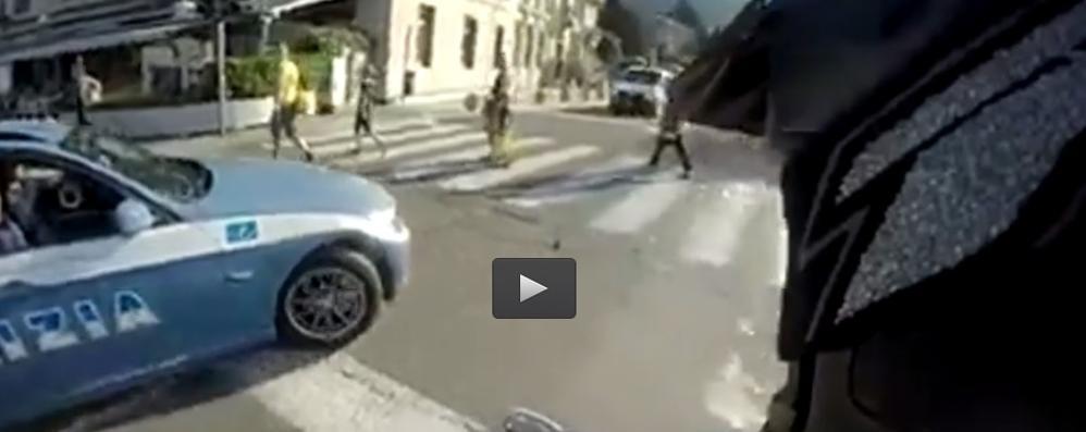 Fugge per chilometri alla polizia  Poi mette il video sul web: preso  Tolti 117 punti dalla patente