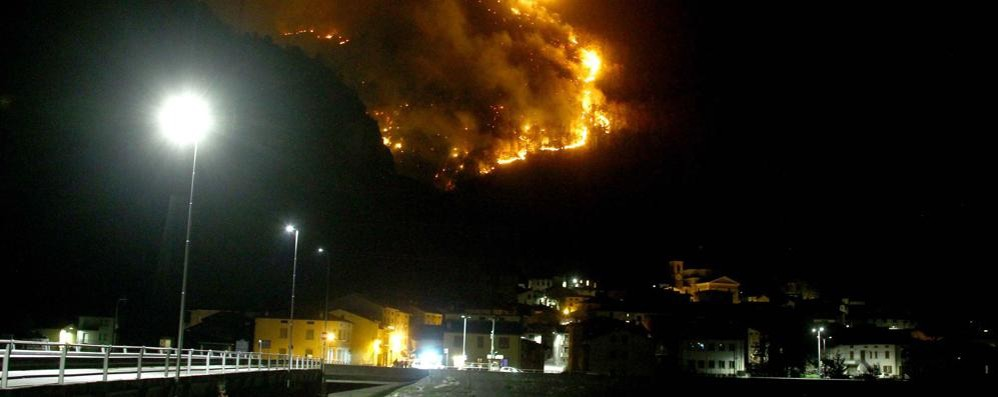 Vasto incendio minaccia le case di Sirta e Sostila