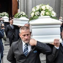 Addio ai quattro fratellini  La mamma ai comaschi:   «Grazie del vostro amore»