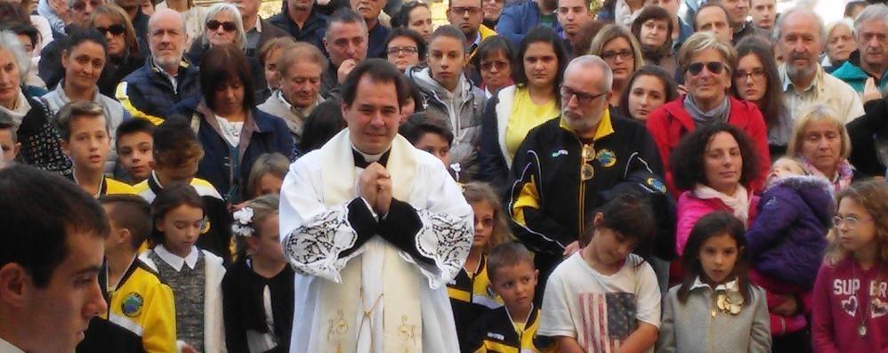 San Siro arriva il nuovo prete  Che abbraccio per don Michele