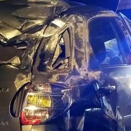 Auto ribaltata contro pullman  Salvi due uomini di Mozzate