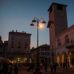 Scandalo lampioni a Como, ci risiamo: ora è al buio piazza Duomo