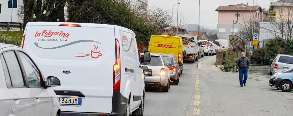 Anche i treni bloccano il traffico  L'alternativa a via Paoli è un caos