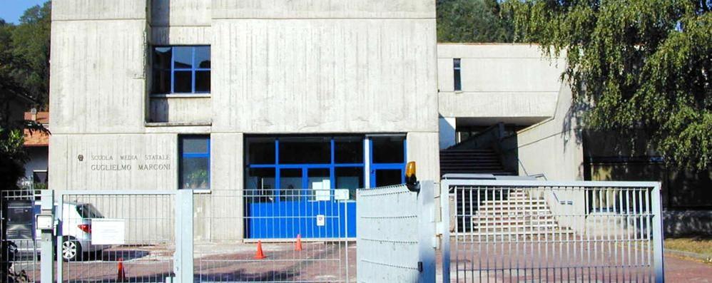Botte fuori da scuola  Albate, un bambino  finisce all'ospedale