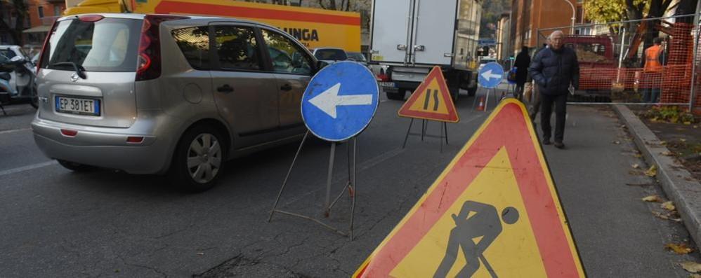 Cantiere a sorpresa davanti all'Astra  Traffico bloccato e lunghe code