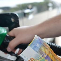 Effetto carta sconto  La benzina di Chiasso  di poco più cara a Mendrisio