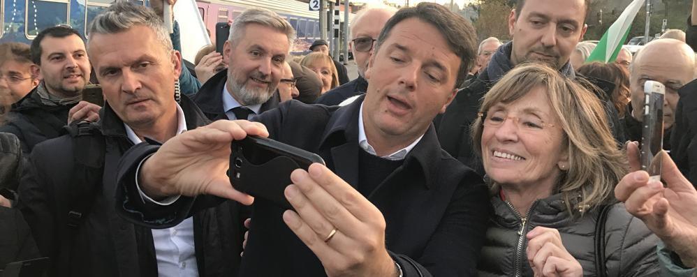 Renzi arriva con il treno In fila per i selfie
