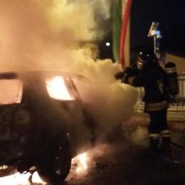 Limido, auto in fiamme nella notte  Si sospetta l'incendio doloso