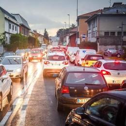 Caos traffico, si cambia: «Cantieri ridotti»  Da due settimane a 48 ore per l'asfalto