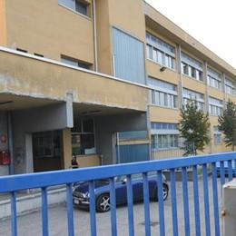Gli studenti  accompagnati dai genitori  Oppure restano a scuola a Lomazzo