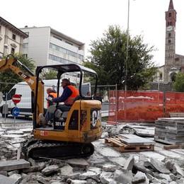 Salvare i lastroni, ultimo tentativo  Cantù, piazza chiusa 10 giorni