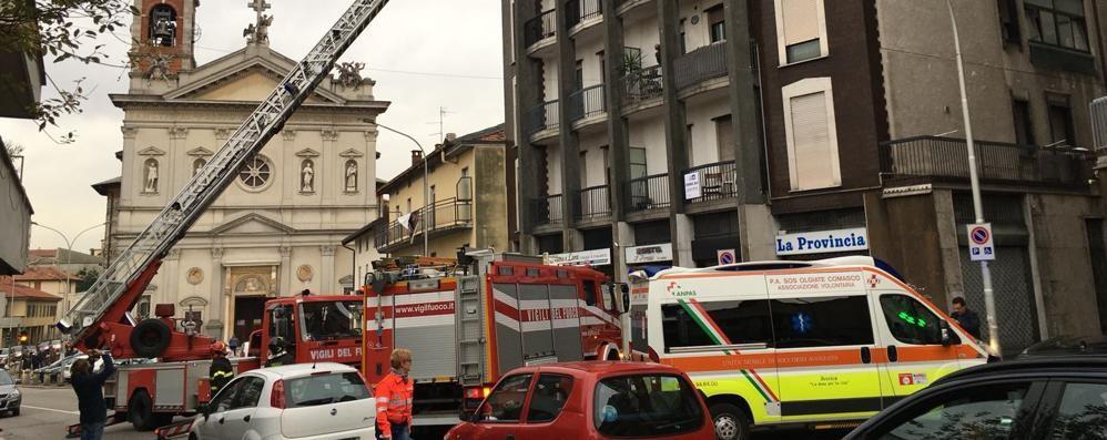 Cade e non riesce a muoversi  Devono intervenire i pompieri