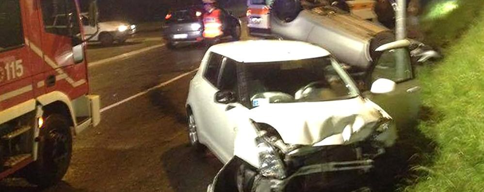 Pauroso incidente ad Asso Auto si ribalta, tre i feriti