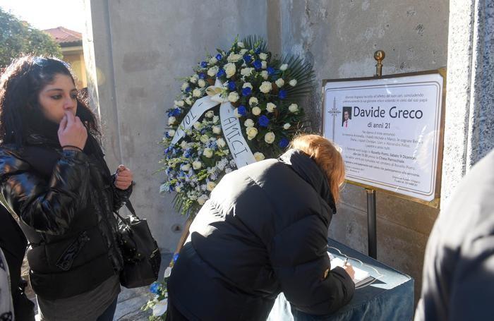 La firma di una conoscente di Davide sul registro posizionato all'esterno della chiesa