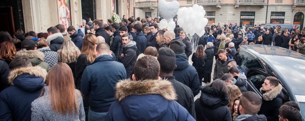 Lacrime per Matteo e Alessandro  Folla a Saronno per i funerali