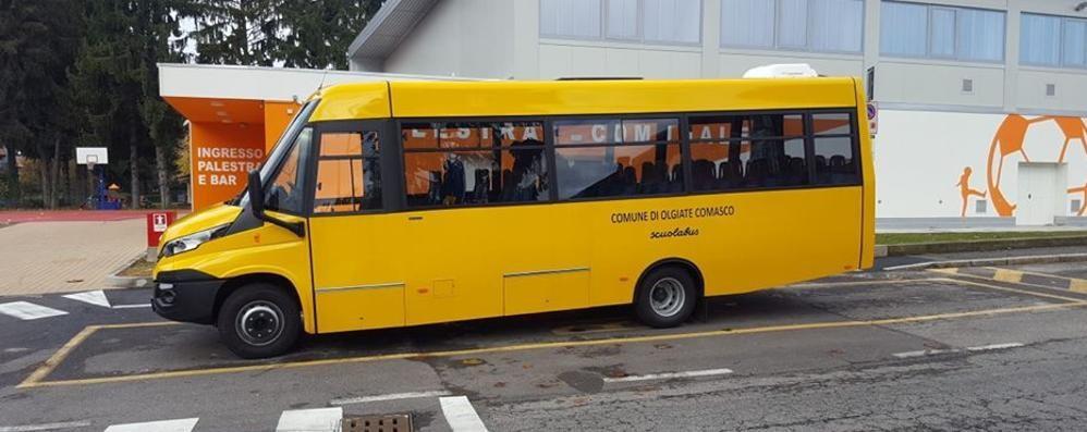 Nuovo scuolabus con gomme estive  Bloccato dalla neve a Olgiate