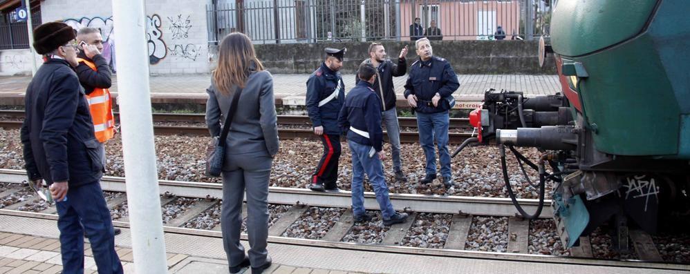 Attraversa i binari con le cuffie  Grave il ragazzo travolto in stazione