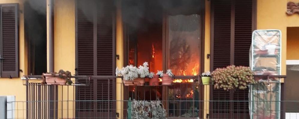 Rovello, casa in fiamme  Mobilitati i vigili del fuoco