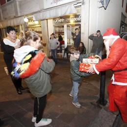 Babbo Natale arriva in taxi  Eupilio per Martina e Manuele