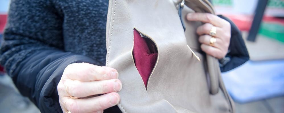 Le bucano la borsa con un taglierino  Furto alla pista di piazza Cavour