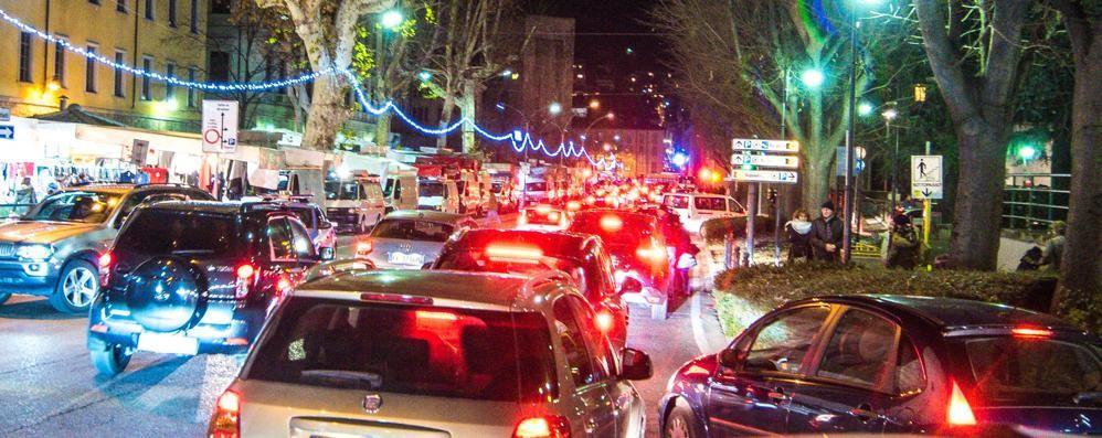 Un'ora d'auto per 4 chilometri  Ecco il traffico di Natale