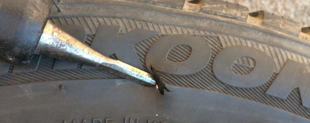 Auto danneggiate dai vandali  Le vittime sono commercianti