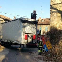 Camion incastrato ad Alzate Pompieri al lavoro per tre ore