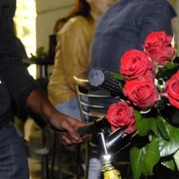 Vende fiori in piazza S. Fedele  I vigili lo multano: mille euro